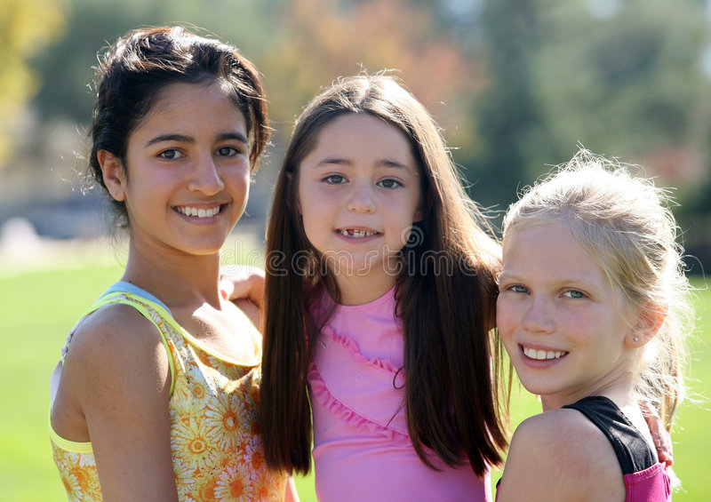 Drie glimlachende meisjes stock fotografie