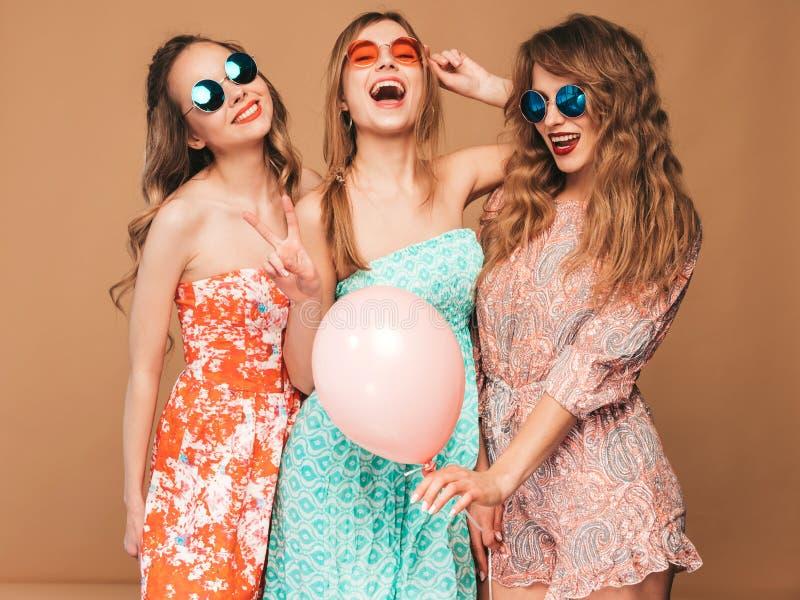 Drie glimlachende mooie vrouwen in de zomer hipster kleding royalty-vrije stock fotografie