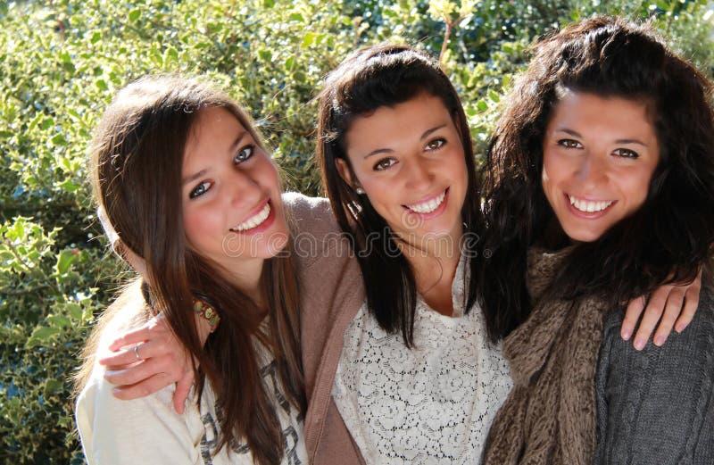 Drie glimlachende tieners stock foto's