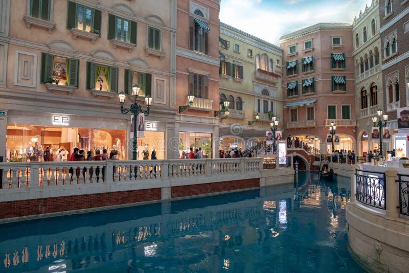 Drie 3 gondels op water binnen toevlucht van de de mensenreis van Macao de Venetiaanse unrecognisable royalty-vrije stock foto
