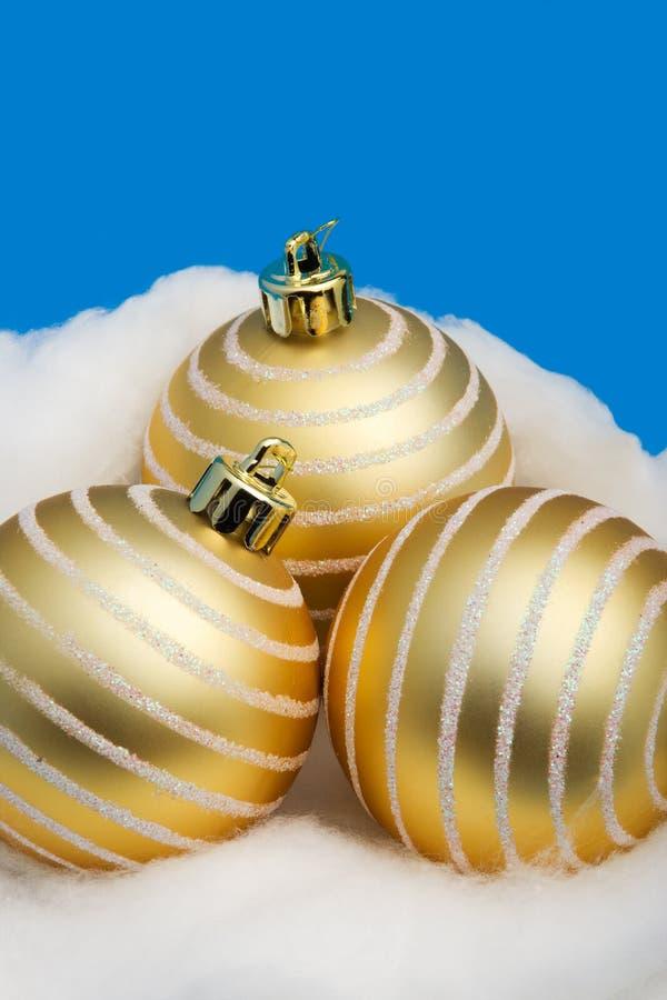 Drie gouden ballen van Kerstmis stock foto's