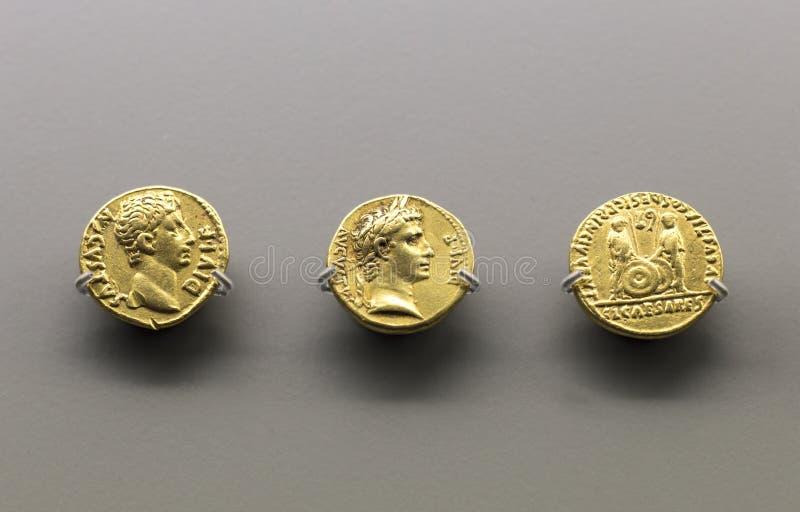 Drie gouden muntstukken van Augustus Emperor royalty-vrije stock foto's