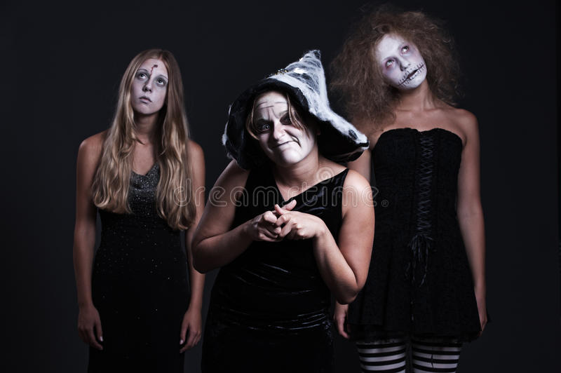 Drie Halloween personages over donkere achtergrond stock fotografie