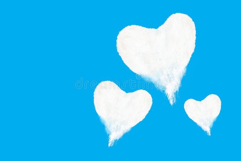 drie hart gevormde wolken op blauwe hemel stock afbeelding