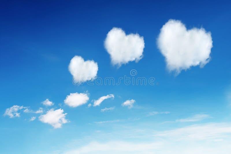 drie hart gevormde wolken op blauwe hemel royalty-vrije stock foto