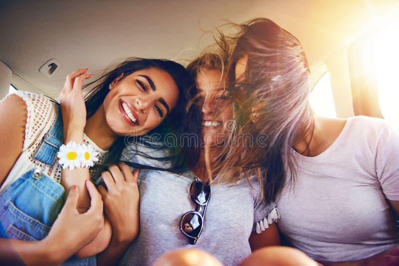 Drie hartelijke onbezorgde meisjes royalty-vrije stock foto's