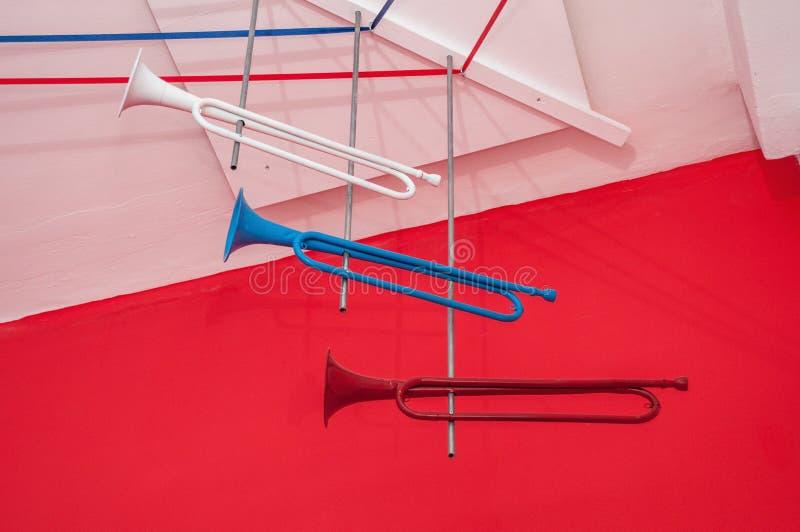 Drie heldere oude trompetten van rode, witte en blauwe kleur royalty-vrije stock fotografie