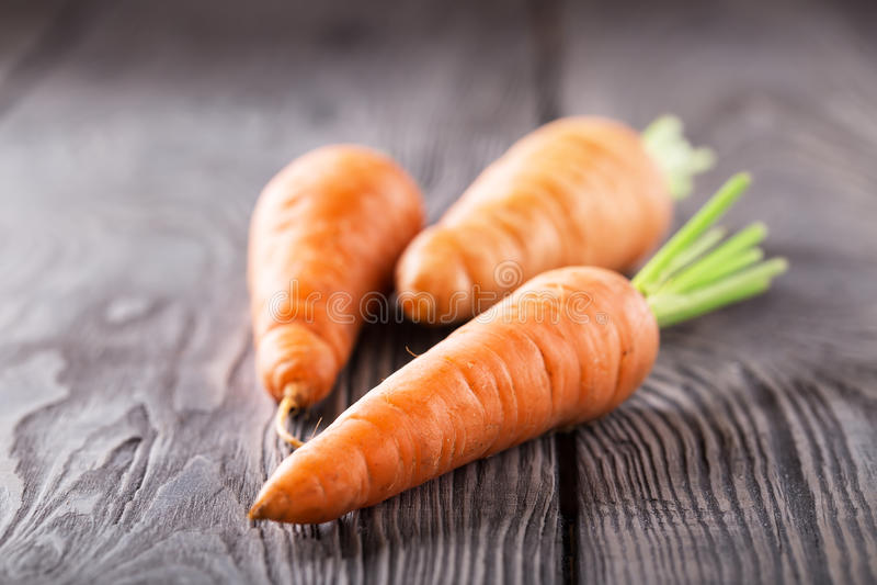 Drie heldere sappige wortelen met groene knipsels royalty-vrije stock foto's