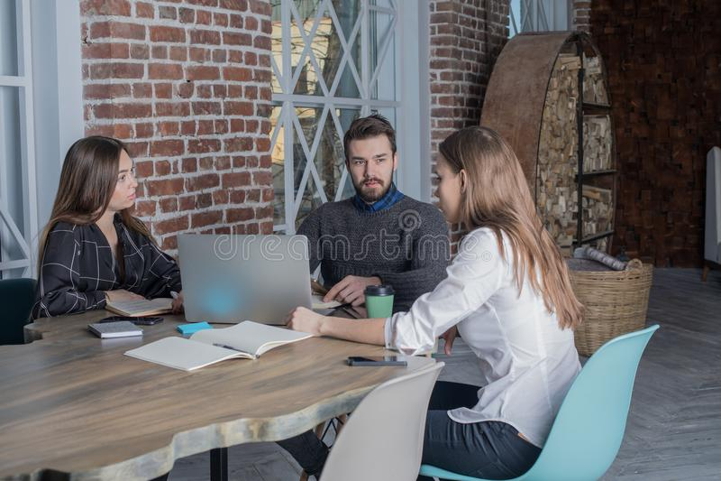 Drie intelligente freelancers leiden tot een nieuw project voor afstandsbaan, gebruikend netto-boek stock afbeelding