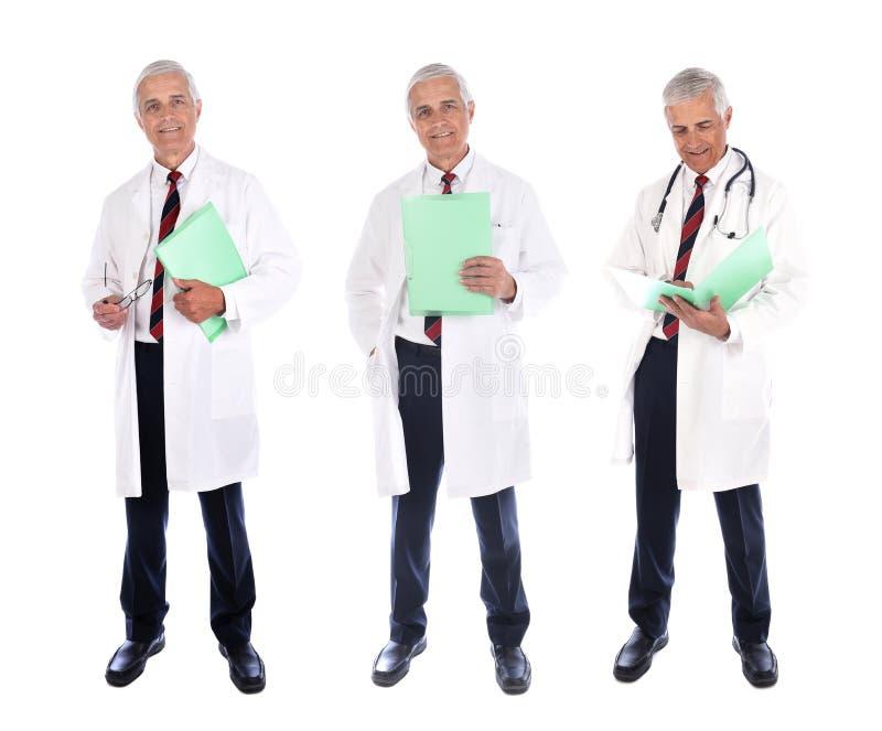 Drie inzichten van een volwassen arts met een labjas en een patiëntendossier met verschillende poses, geïsoleerd op wit royalty-vrije stock fotografie