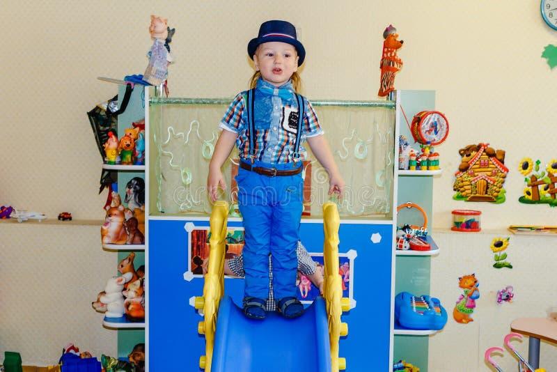 Drie-jaar-oud kind in kleuterschool royalty-vrije stock afbeelding