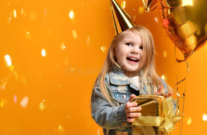 Drie jaar van de meisjespeuter het jonge geitje met goud stelt ballons en verjaardag GLB het vieren voor stock afbeeldingen