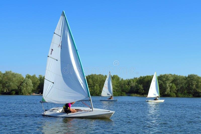 Drie jachtencruise op rivier royalty-vrije stock foto