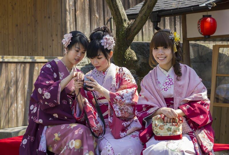 Drie Japanse meisjes in kimono stock afbeeldingen