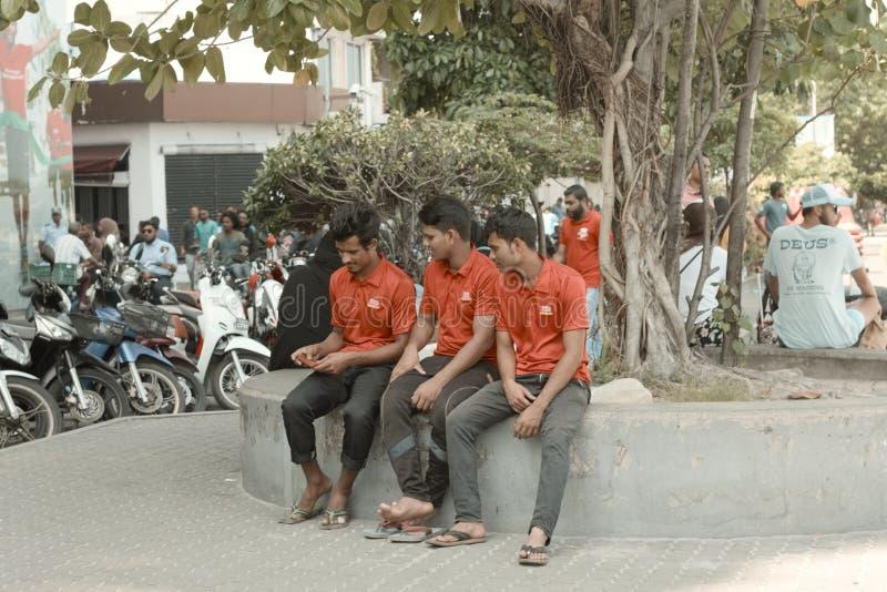 Drie jonge jongens met een rode t-shirt stock foto