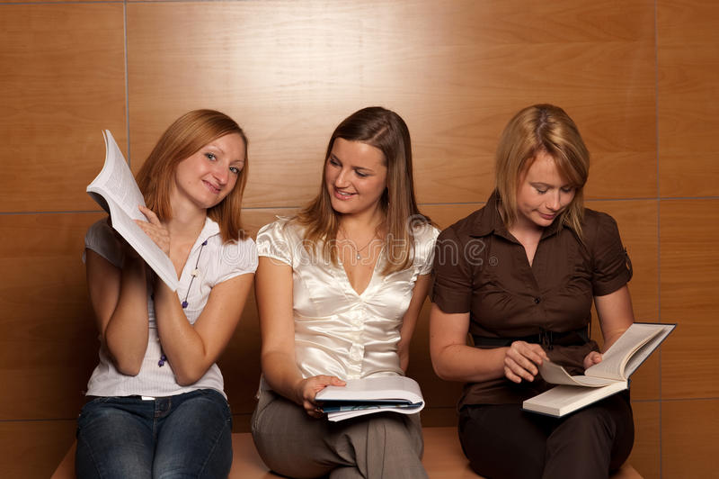 Drie jonge studenten stock foto's