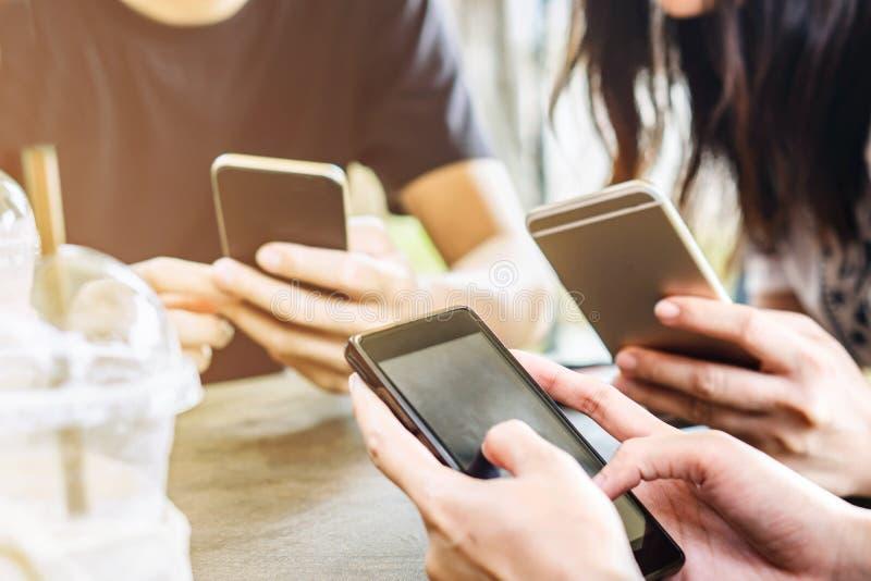 Drie jonge vrienden op telefoon, sociale media met mensen bij koffiewinkel stock foto's