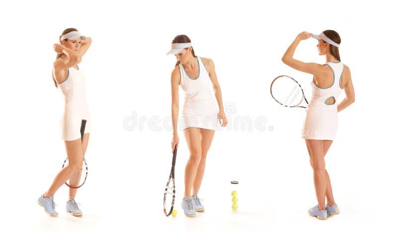 Drie jonge vrouwelijke tennisspelers met apparatuur stock afbeeldingen