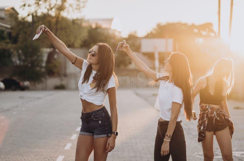 Drie jonge vrouwen die een selfie nemen en hebben pret royalty-vrije stock afbeelding