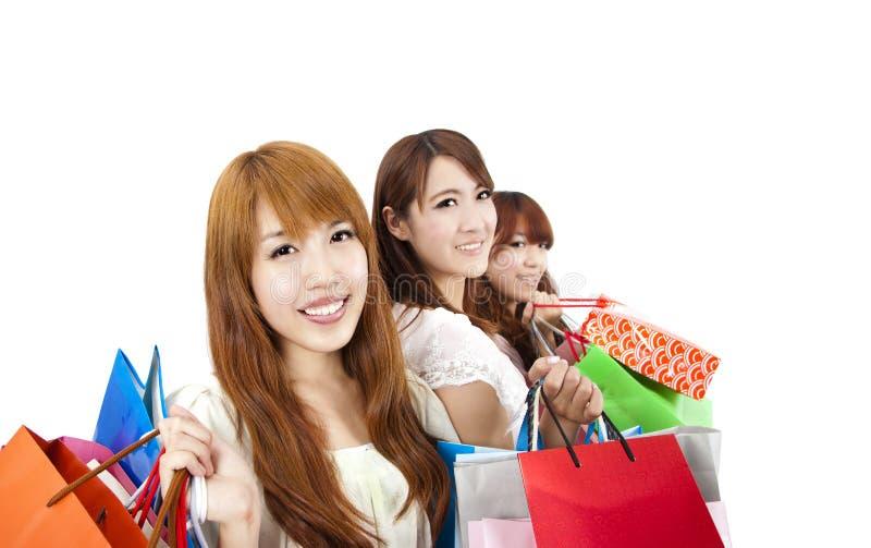 Drie jonge vrouwen met het winkelen zak stock fotografie