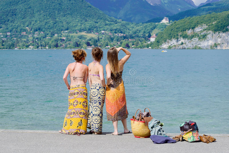 Drie jonge vrouwen te de waterkant royalty-vrije stock foto's