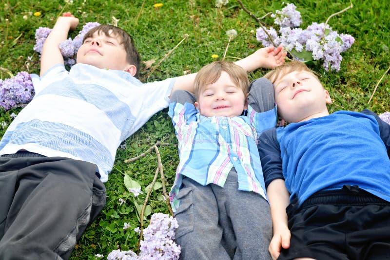 Drie jongens het ontspannen royalty-vrije stock foto