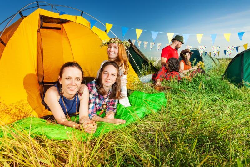 Drie kampeerauto's die in hun tent bij kampeerterrein ontspannen royalty-vrije stock foto
