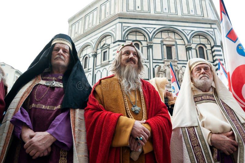 Drie Kerkleiders die zich op het kerkhof van Santa Maria D bevinden stock foto