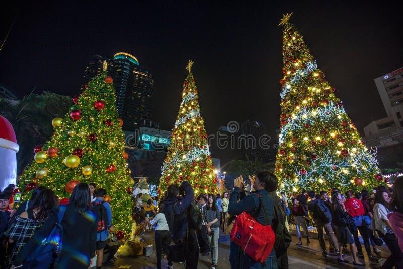 Drie Kerstbomen met decoratie dichtbij het Centrale Wereldwinkelcomplex stock fotografie