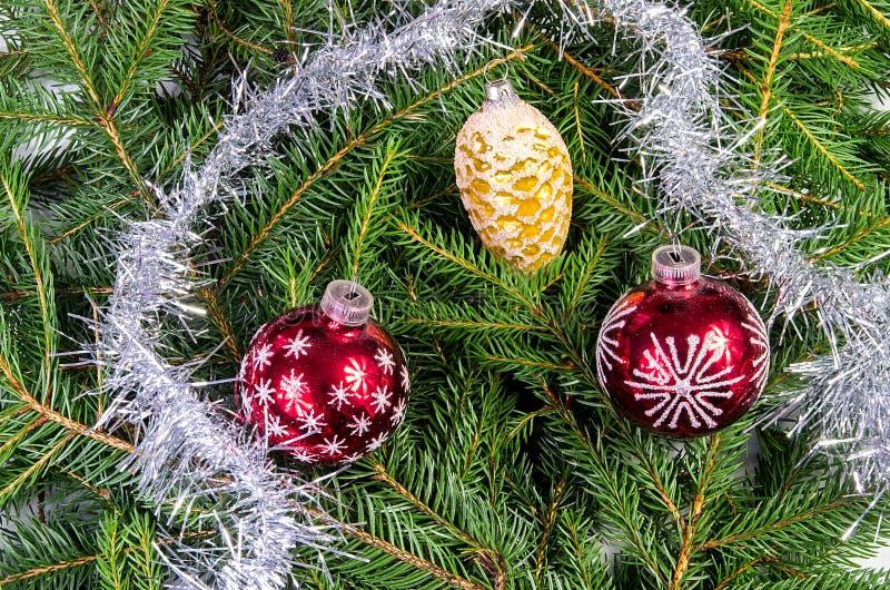 Drie Kerstmisornamenten met zilveren ketting stock afbeeldingen