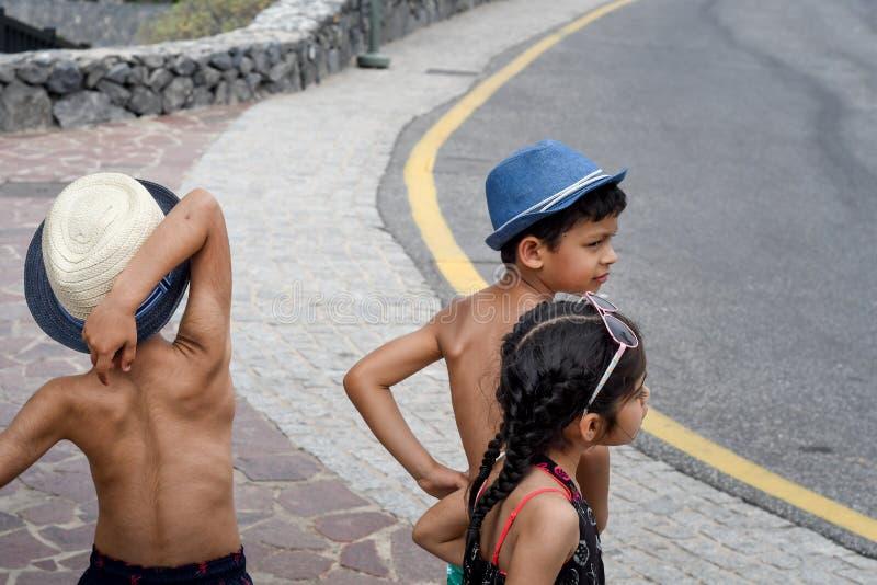 Drie kinderen die op een kar spelen royalty-vrije stock afbeeldingen