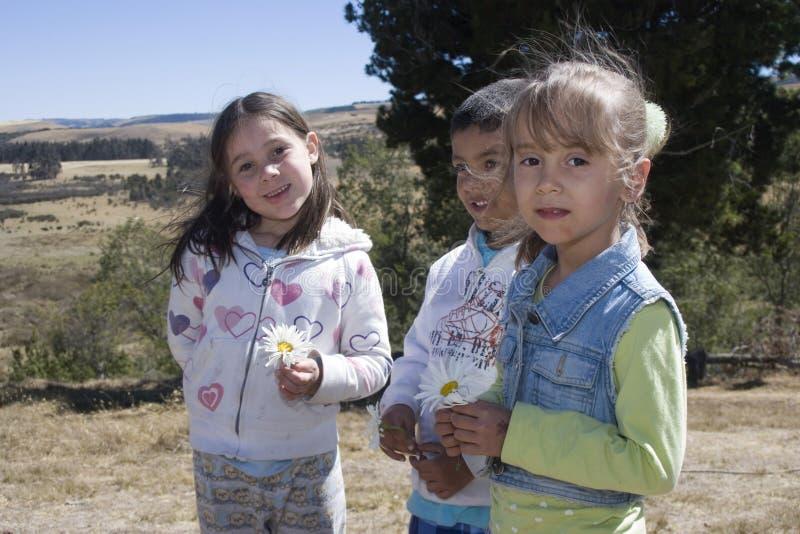 Drie kinderen het spelen stock fotografie