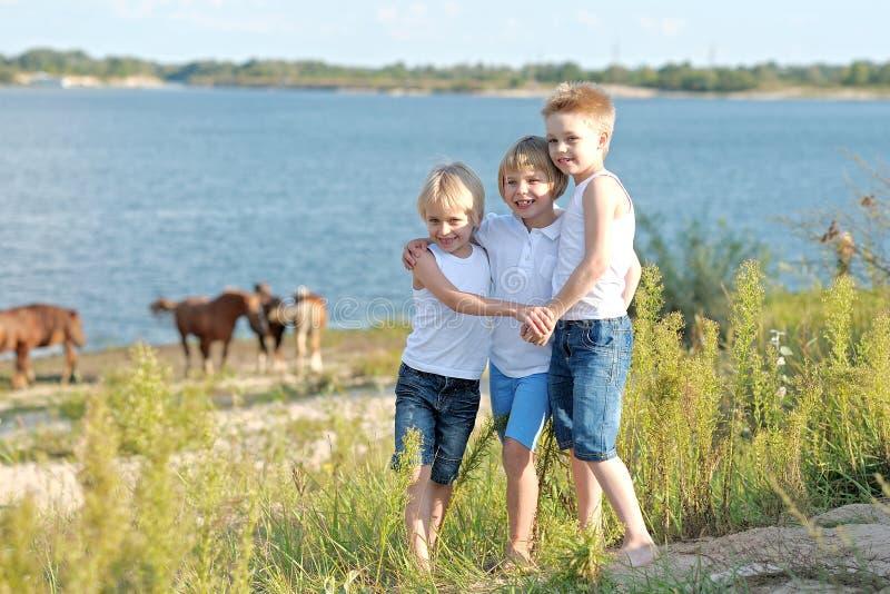 Drie kinderen lopen op een gekleurde achtergrond royalty-vrije stock foto's