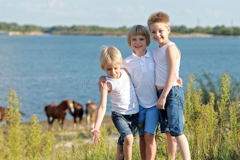 Drie kinderen lopen op een gekleurde achtergrond royalty-vrije stock foto