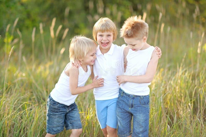 Drie kinderen lopen op een gekleurde achtergrond royalty-vrije stock afbeeldingen