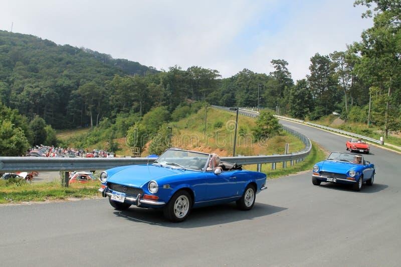 Drie klassieke Italiaanse sportwagens op weg stock afbeelding
