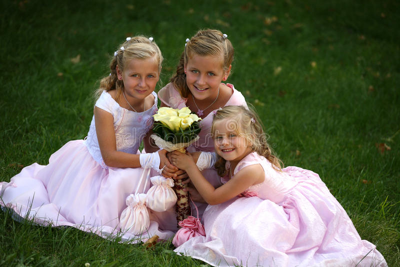 Drie kleine leuke bruidsmeisjes stock foto's