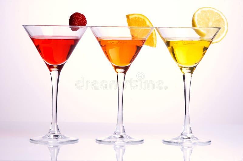 Drie kleurrijke cocktails stock afbeeldingen