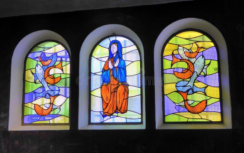 Drie kleurrijke gebrandschilderd glasvensters stock afbeeldingen