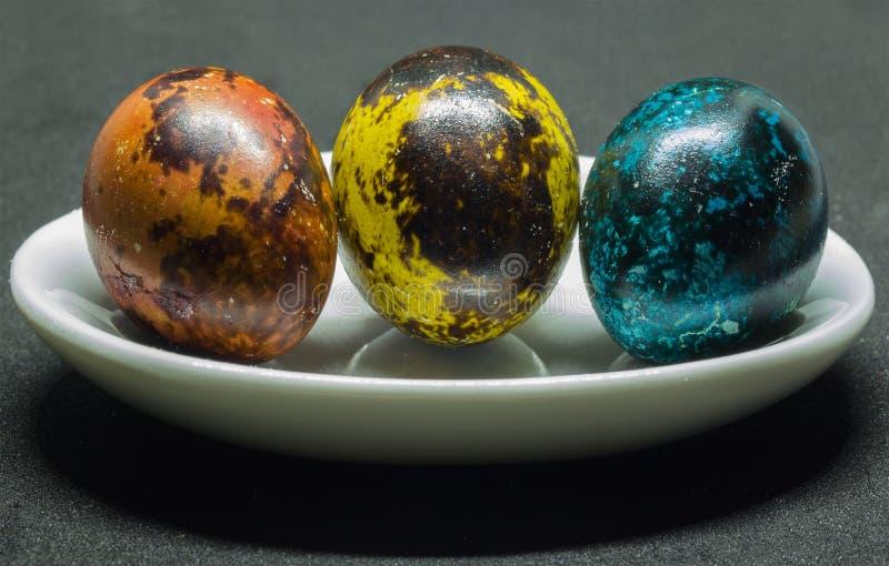 Drie kleurrijke melkwegen op kwartelseieren Een stilleven op Pasen-vakantie royalty-vrije stock foto