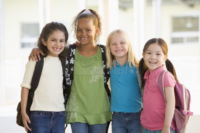 Drie kleuterschoolmeisjes die zich verenigen royalty-vrije stock foto's