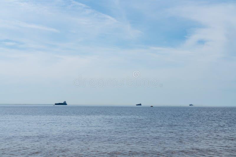 Drie koopvaardijschepen aan vervoercontainers aan boord op zee Het werk van de industrie stock foto
