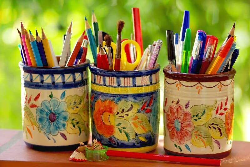 Drie kruiken, potloden en schoolvoorwerpen royalty-vrije stock foto