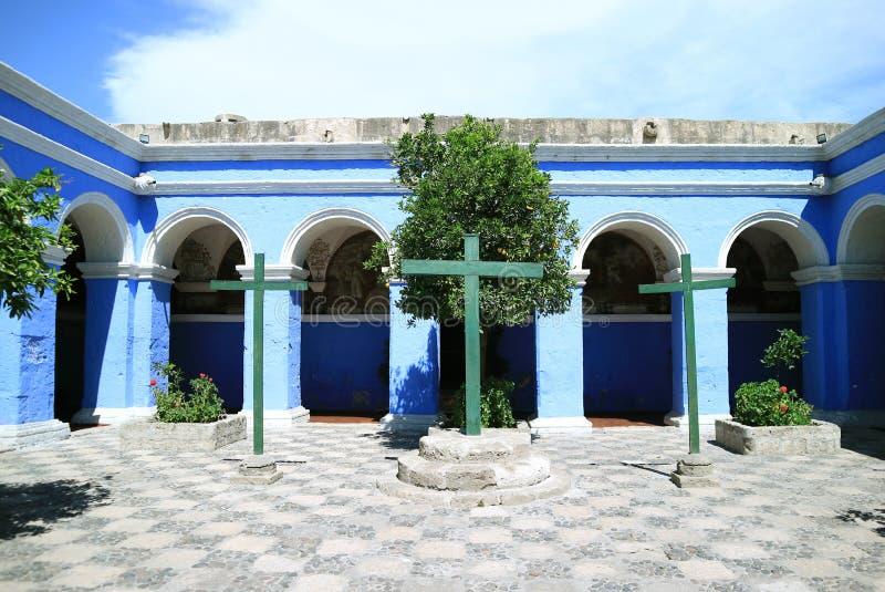Drie Kruisen met blauwe Trillende Blauwe Gang van het Klooster van Santa Catalina Monastery, Historische plaats in Arequipa, Peru stock fotografie