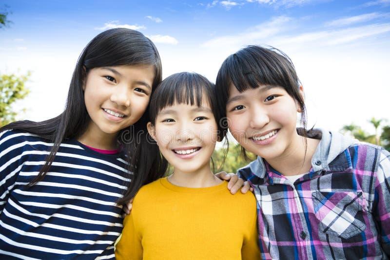 Drie lachende aantrekkelijke tienerjarenmeisjes royalty-vrije stock foto