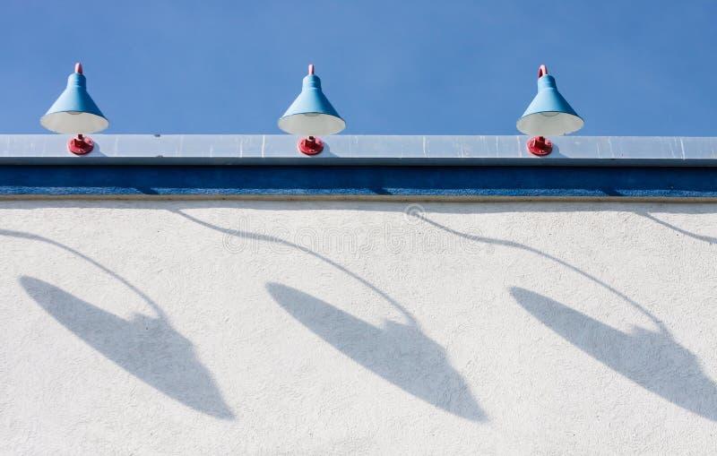 Drie Lampen op Muur met Schaduwen royalty-vrije stock fotografie