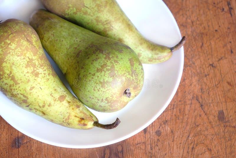 Drie lange rijpe groene peren op witte bleke hoogste meningsclose-up royalty-vrije stock foto's