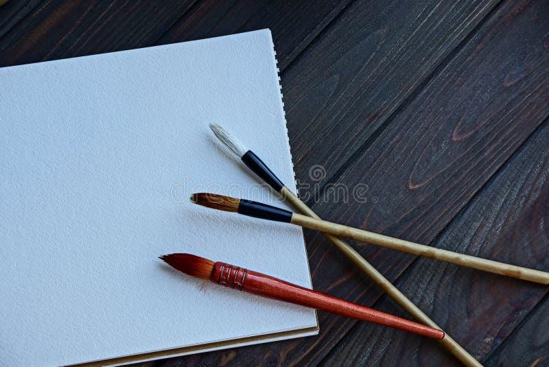 Drie leeswijzers op een wit blad van blocnote op een houten lijst royalty-vrije stock fotografie