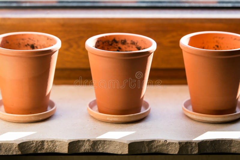 Drie lege bloempotten stock foto's