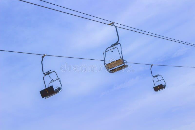 Drie lege liftstoel tegen de hemel royalty-vrije stock fotografie